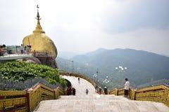 在左和大台阶的金黄岩石在右边有多小山多山看法在背景中在Kyaiktiyo塔 免版税库存照片