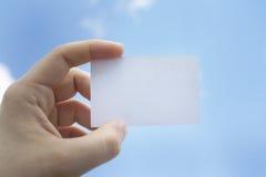 在左手的参观卡片 免版税库存图片