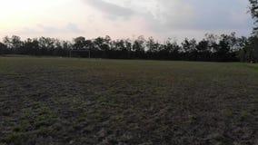 在左边的空的橄榄球操场场面摇摄 影视素材