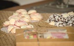 在巧克力曲奇饼和姜饼背景的Beze  库存照片