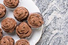 在巧克力杯子上充分的板材的平的位置结块与ganache巧克力奶油 免版税库存图片