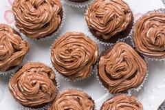 在巧克力杯子上充分的板材的平的位置结块与ganache巧克力奶油 库存图片