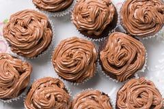 在巧克力杯子上充分的板材的平的位置结块与ganache巧克力奶油 免版税库存照片