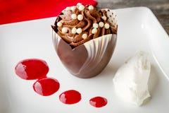 在巧克力杯的巧克力沫丝淋用莓调味汁 免版税库存照片