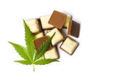 在巧克力片顶部的大麻叶子 免版税图库摄影