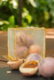 在巧克力球和isomalt立方体的异常的蛋糕 每个碗包含核桃、果仁糖和草莓橘子果酱 库存照片