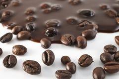 在巧克力的咖啡粒 库存图片