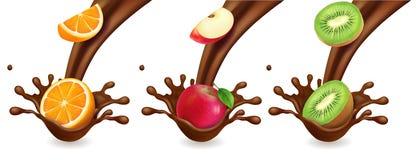在巧克力的果子飞溅,冰淇凌 桔子,猕猴桃,苹果 皇族释放例证