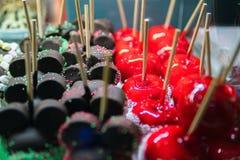 在巧克力的甜糖果在棍子 孩子的甜点 在巧克力的苹果在棍子 点心甜点 库存照片