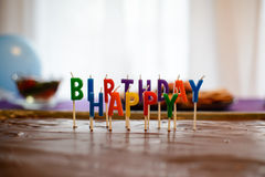 在巧克力的生日快乐蜡烛 免版税库存照片