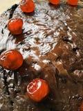 在巧克力的红色樱桃 库存图片