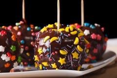 在巧克力的苹果用糖果洒水平的宏指令 免版税库存图片