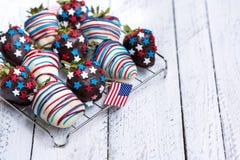 在巧克力的草莓与美国装饰 库存照片