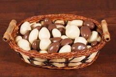 在巧克力的螺母在颊须篮子 免版税库存照片