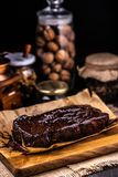 在巧克力糖浆的果仁巧克力在烘烤的纸 免版税图库摄影