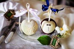 在巧克力,白色,黑色,牛奶,黑暗,婚姻的桌装饰,设计的苹果,内部 库存照片