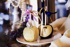 在巧克力,白色,黑色,牛奶,黑暗,婚姻的桌装饰,设计的苹果,内部 免版税库存图片