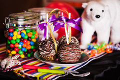 在巧克力,白色,黑色,牛奶,黑暗,孩子,玩具,糖果,生日,想法的苹果 免版税库存照片