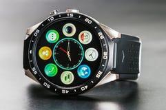 在巧妙的手表和特点安装的应用 免版税图库摄影