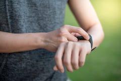 在巧妙的手表的男性手紧迫按钮菜单在跑以后 免版税库存图片