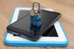 在巧妙的电话和片剂计算机上的挂锁 安全&安全 图库摄影