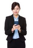 在巧妙的电话的年轻女实业家检查电子邮件 免版税库存照片