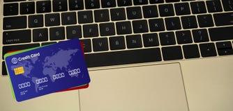 在巧妙的膝上型计算机键盘的信用卡 免版税库存照片