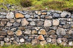 在巨人堤道的石墙 库存图片