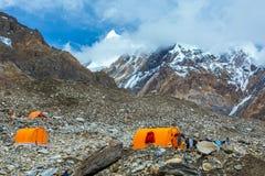 在巨型冰川冰碛的橙色山帐篷 免版税图库摄影