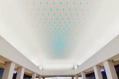 在巨型现代商业大厦天花板使用的LED光 库存图片