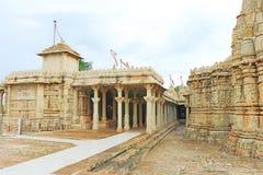 在巨型的奇陶尔加尔堡垒和地面拉贾斯坦印度的寺庙 图库摄影