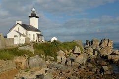 在巨型石头包围的岩石的灯塔 免版税库存图片