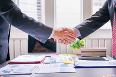 在巨大会议以后的共同投资企业握手的成功的成交 免版税库存图片