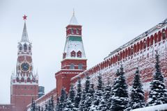 在巨大冬天降雪、看法对红场有Senatskaya塔的和Spasskaya以后的克里姆林宫红色墙壁耸立 图库摄影