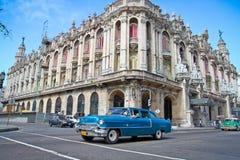 在巨大剧院前面的经典卡迪拉克在哈瓦那,古巴。 库存图片