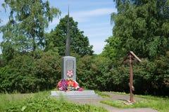 在巨大爱国战争期间,对死的战士的纪念碑和纪念正统十字架在一晴朗的6月天 库存图片