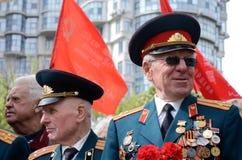 在巨大爱国战争期间,老退伍军人来庆祝胜利天以纪念死的苏联士兵,傲德萨,乌克兰 免版税库存图片