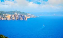 在巨大的云彩下的撒丁岛海岸线 免版税库存图片
