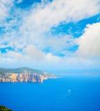 在巨大的云彩下的撒丁岛海岸线 库存图片