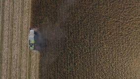 在巨大的农业领域的空中寄生虫视图,在庄稼时间的卡车 股票视频