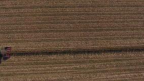 在巨大的农业领域的空中寄生虫视图,在庄稼时间的卡车 影视素材