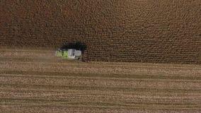 在巨大的农业领域的空中寄生虫视图,在庄稼时间的卡车 股票录像