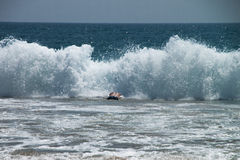 在巨大的大波浪的人潜水的游泳 免版税图库摄影