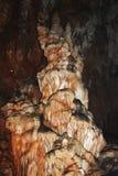 在巨大的方解石洞形成的氧化钢 免版税库存照片