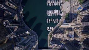 在巨大的未来派塔和现代摩天大楼大厦的惊人的顶面空中寄生虫视图在都市迪拜市全景 股票视频