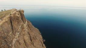 在巨大的沙子的令人惊讶的4k空中寄生虫海景视图向在Baikal湖安静深刻的大海狂放的自然的山峭壁扔石头 股票录像