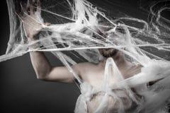 在巨大的白色蜘蛛网缠结的Connection.man 图库摄影