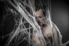在巨大的白色蜘蛛网缠结的Internet.man 免版税图库摄影