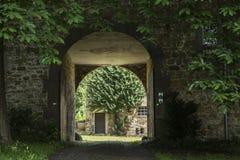 在巨大的门面后的庭院在Walhon,比利时 免版税图库摄影