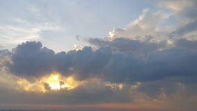 在巨大的黑暗的云彩后的强的阳光 库存照片